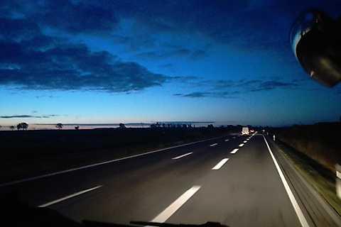 Im Morgengrauen auf die Autobahn